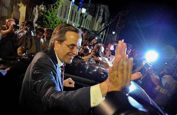 O líder do partido Nova Democracia, Antonis Samaras, cumprimenta apoiadores após entrevista coletiva em que declarou vitória nas eleições legislativas da Grécia (Foto: Andreas Solaro / AFP)
