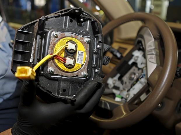 Inflador de airbag da takata (no detalhe) já causou recall de milhões de carros no mundo inteiro e pelo menos 8 mortes (Foto: REUTERS/Joe Skipper)
