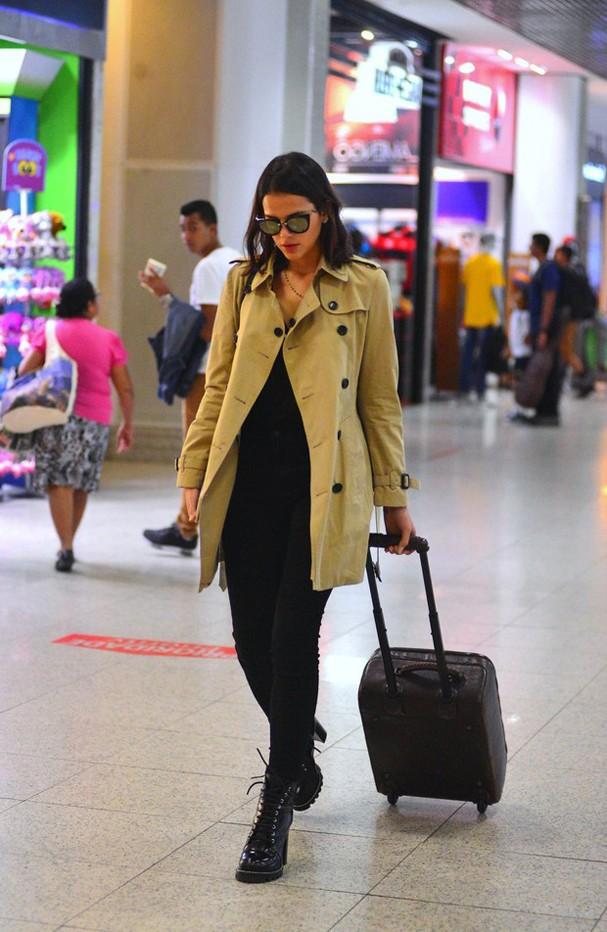 Bruna Marquezine é fotografada nesta segunda-feira, 3, no aeroporto Santos Dumont, no Rio (Foto: Agnews)