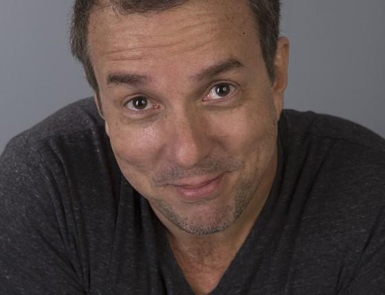 Augusto Madeira se divide entre o trabalho de direção da peça Escravos, no Sesc Tijuca, e também dá vida ao protagonista da série O homem da sua vida, da HBO (Foto: Rafael Blasi)
