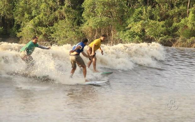Surf na pororoca (Foto: Reprodução/TV Amapá)