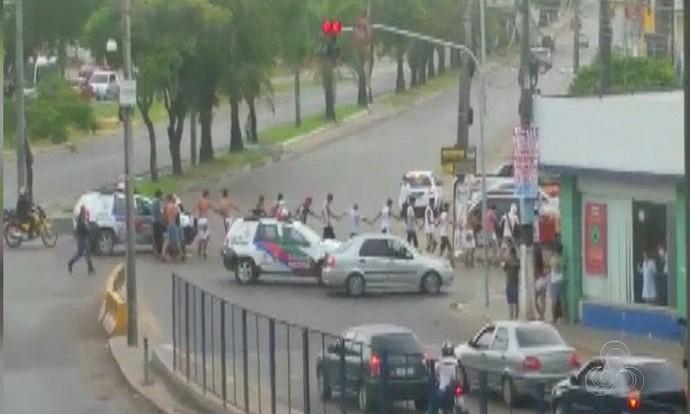 Torcedores de Vasco e Fla detidos em Manaus (Foto: Reprodução/TV Amazonas)