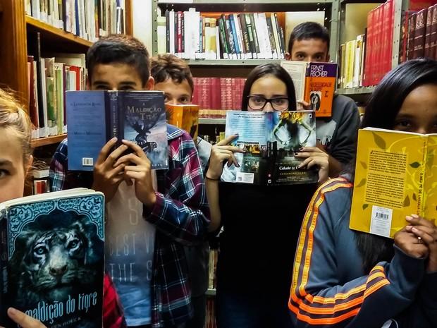 1ª edição da revista conta com dois textos exclusivos, produzidos em conjunto pelos alunos. (Foto: Letícia Deparolis)