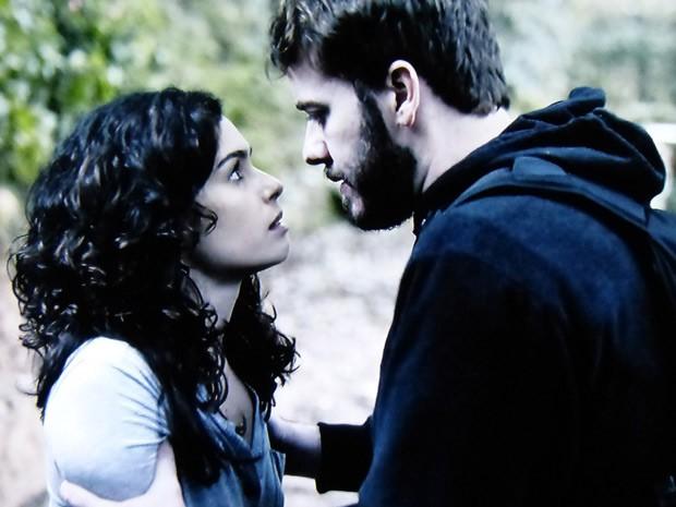 Os amantes conversam na parte externa da mansão (Foto: O Rebu / TV Globo)