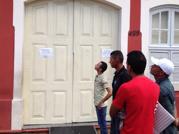Agência do Trabalho, na Rua da Aurora, Centro do Recife, fecha por causa de alagamento (Foto: Mônica Silveira/TV Globo)