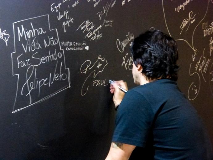 PR assinando parede da casa de show Vivo Rio  (Foto: Juliana Hippertt/Gshow)