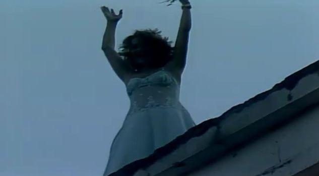 Walkria ameaa se jogar do telhado (Foto: Reproduo/viva)