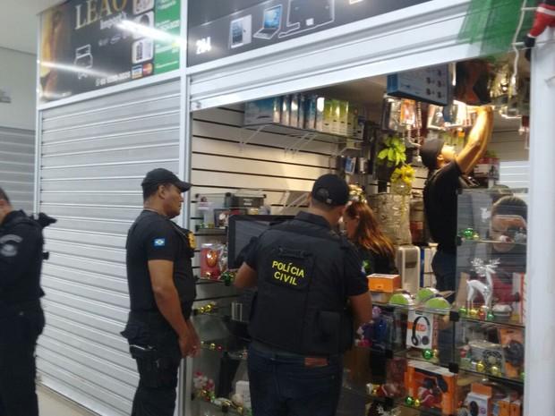 Duas lojas do Shopping Popular de Cuiabá foram alvos de operação (Foto: Renato Diniz/TVCA)