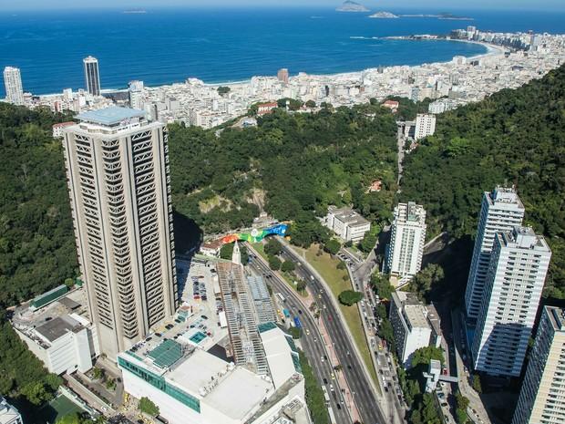 Vista aérea do Túnel Novo já com a identidade da Olimpíada e a Praia de Copacabana ao fundo (Foto: Renato Sette Câmara/Prefeitura do Rio)