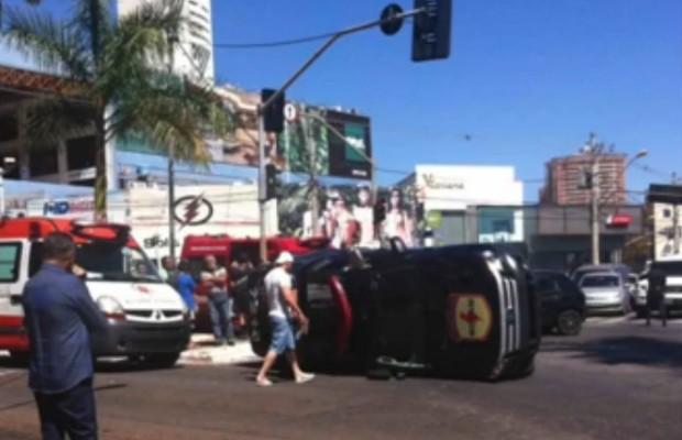 Carro da Rotam capota após bater em outro veículo em Goiânia, Goiás (Foto: Reprodução/TV Anhanguera)