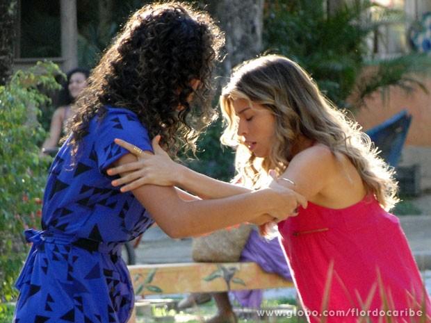 A loira é ajudada pela amiga (Foto: Flor do Caribe/TV Globo)