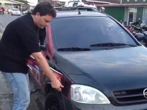 Excesso de adesivos é retirado e depois o carro é liberado (Foto: Walter Paparazzo/G1)