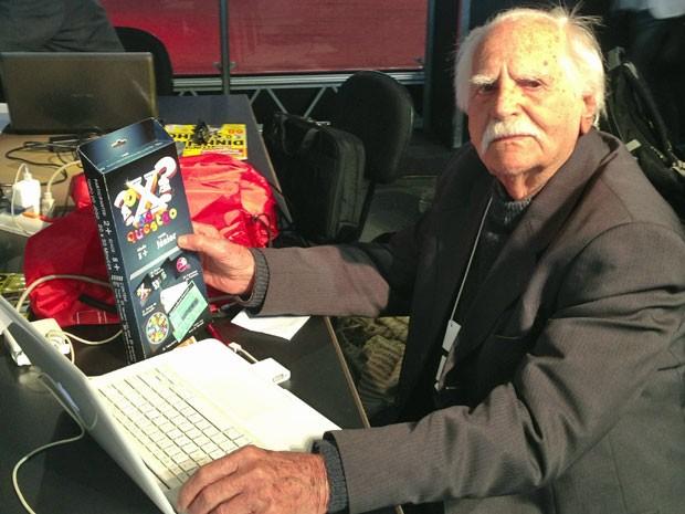 Sr. Garcia com o jogo que ensina tabuada chamado de 'O X da Questão' (Foto: Fábio Tadeu Garcia)