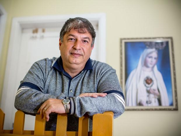 Lula Ramirez posa diante de imagem católica na casa dos pais, em São Paulo (Foto: Raul Zito/G1)