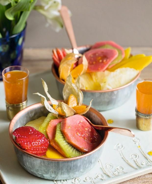 Frescor. Sirva as frutas picadas em recipientes de metal, para mantê-las mais fresquinhas. Bowls de zinco da Villa Pano (Foto: Elisa Correa / Editora Globo)