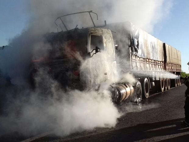 Motorista percebeu chamas com veículo em movimento  (Foto: Divulgação/ Corpo de Bombeiros)