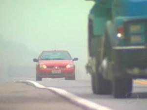 Com neblina, motoristas devem manter o farol baixo aceso, diz PRF (Foto: Reprodução/TV Rio Sul)