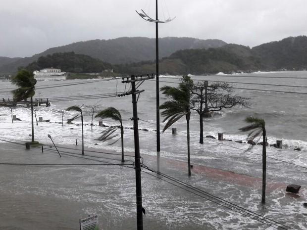 Avenida da praia ficou interditada por conta da ressaca (Foto: Carlos Martiniano/Arquivo pessoal)