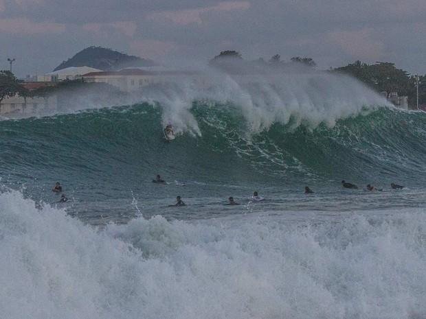 Surfistas se arriscaram em ondas no Posto 5 da praia de Copacabana (Foto: Marcello Cavalcanti/Arquivo pessoal.)
