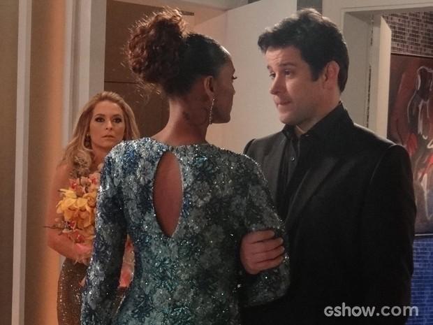 Que flagra! Pamela dá de cara com Verônica e Jonas na maior intimidade (Foto: Geração Brasil/TV Globo)