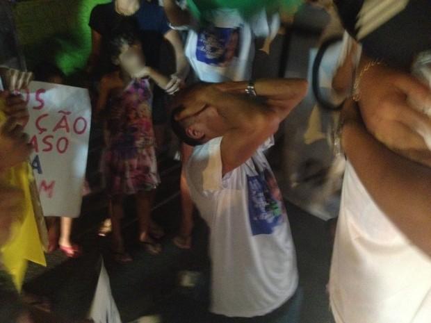 Parentes e amigos faziam uma manifestação quando souberam da notícia da prisão; o protesto acabou e todos comemoraram  (Foto: Gabriel Barreira / G1)
