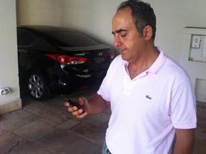 Consultor verifica em seu celular as imagens captadas para visualizar as vias (Foto: Tatiana Santiago/G1)