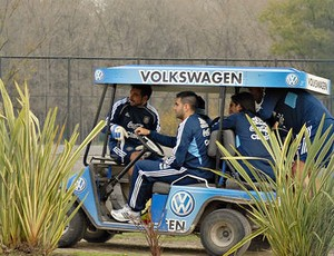 jogadores da seleção argentina passeiam em carrinho de golfe (Foto: reprodução Jornal ole)