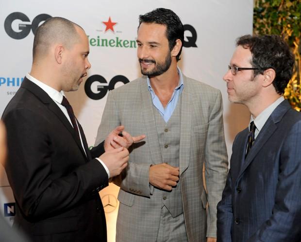 Ricardo Franca Cruz, diretor de redação da GQ Brasil, com Rodrigo Santoro e Ivan Padilla, redator-chefe (Foto: Leo Lemos/GQ)