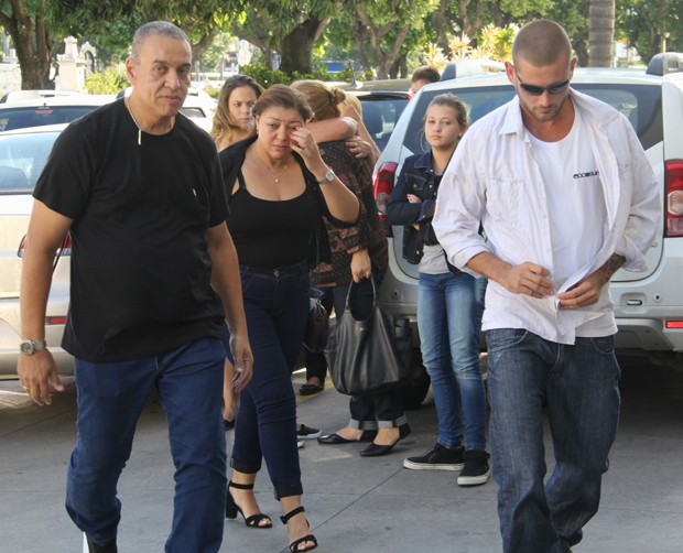 Familiares chegam no velório do pai da Xuxa (Foto: Wallace barbosa /AgNews)