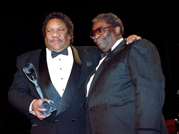 Em foto de 15 de janeiro de 1992, Bobby 'Blue' Bland (à esquerda) recebe prêmio do Rock and Roll Hall of Fame das mãos de B.B. King  (Foto: Mark Lennihan/AP)