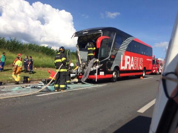 Acidente entre ônibus e caminhão deixa 25 feridos em Limeira (Foto: Divulgação/Polícia Militar)