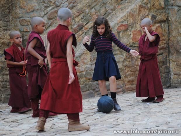 Pérola se diverte com os mongezinhos (Foto: Joia Rara/TV Globo)