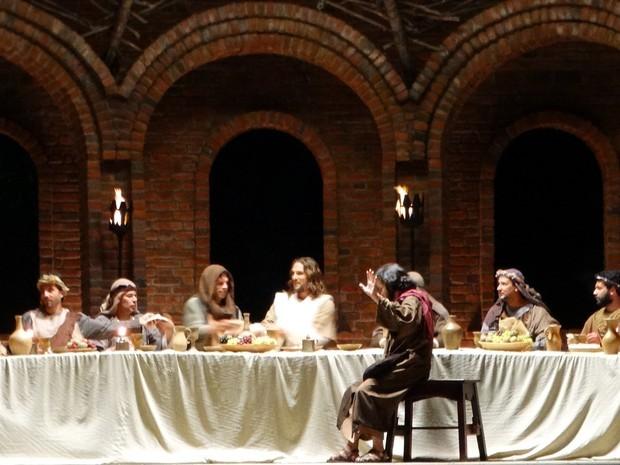Ator Igor Rickli interpreta Jesus; na foto, cena da Santa Ceia (Foto: Alessandra Costa/ G1)