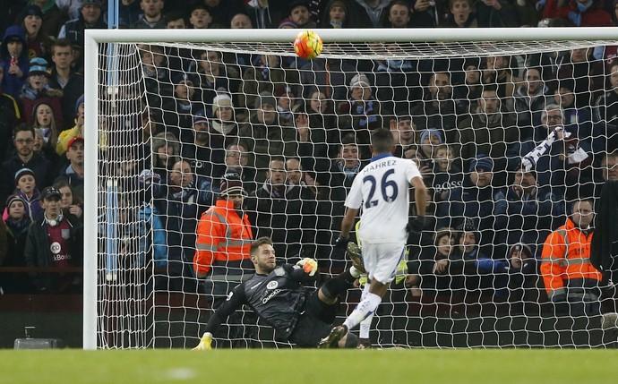 Bunn defende pênalti de Mahrez, Aston Villa x Leicester (Foto: Reuters / Carl Recine )
