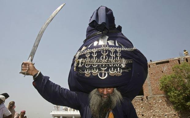 Indiano Balwant Singh e seu turbante de mais de 60 quilos e 800 metros de comprimento quando desenrolado (Foto: Ajay Verma/Reuters)