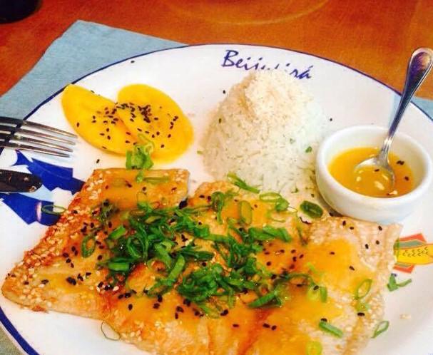 O prato Beijumanga, do restaurante Beijupirá, leva filé de peixe grelhado, arroz de coco, molho de manga e banana-da-terra caramelada (Foto: João Augusto Anfe)