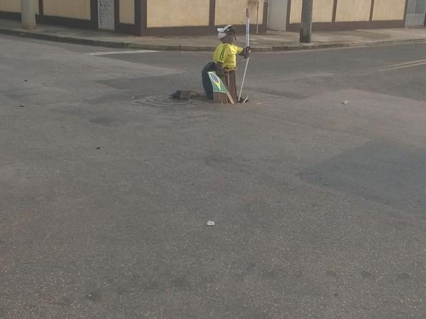 Boneco está em cruzamento no Éden, em Sorocaba (Foto: Mauro G. Dias Junior/ Arquivo pessoal)