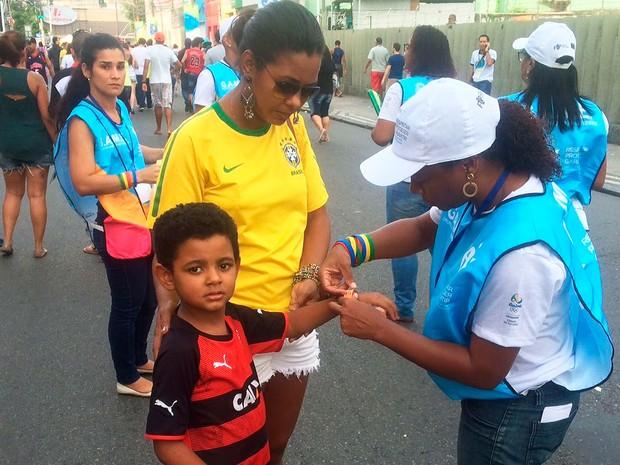 Crianças são identificadas com pulseirinha na Arena Fonte Nova (Foto: Maiana Belo/G1)