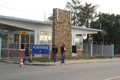 GM impede entrada de funcionários em fábrica (Foto: Carlos Santos/G1)