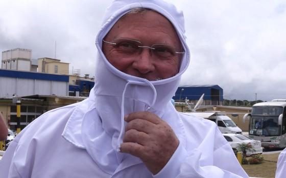 O ministro da Agricultura Blairo Maggi visita a linha de produção da fábrica da processamento de aves (frangos e derivados) da JBS em Lapa, no Paraná (Foto: ANDRE COELHO / Agência O Globo)