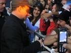 Músicos do U2 encontram fãs em frente ao hotel em SP