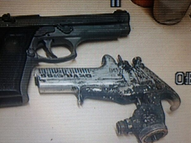 Pistola e arma falsa foram encontrados com criminosos, no Espírito Santo (Foto: Leandro Tedesco/ TV Gazeta)