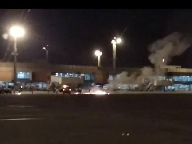 Balão em chamas cai perto de aviões no Aeroporto de Cumbica (Foto: Reprodução/Redes sociais)