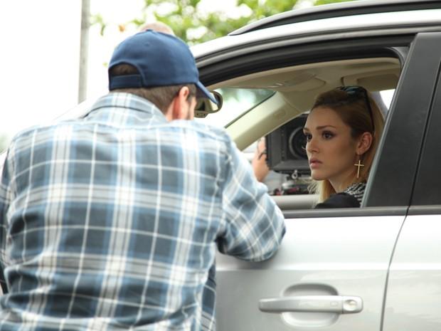 Isabelle conversa com o diretor Thiago Teitelroit durante os bastidores (Foto: Carol Caminha/ TV Globo)