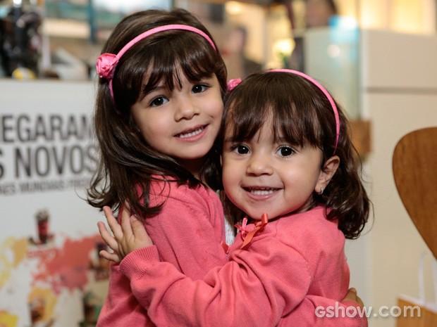 Bruna e Maria Eduarda posam sorridentes para a foto. É muita fofura! (Foto: Felipe Monteiro / TV Globo)