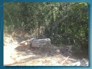 Área onde caixões são descartados fica atrás do cemitério (Foto: Reprodução/TV Rio Sul)