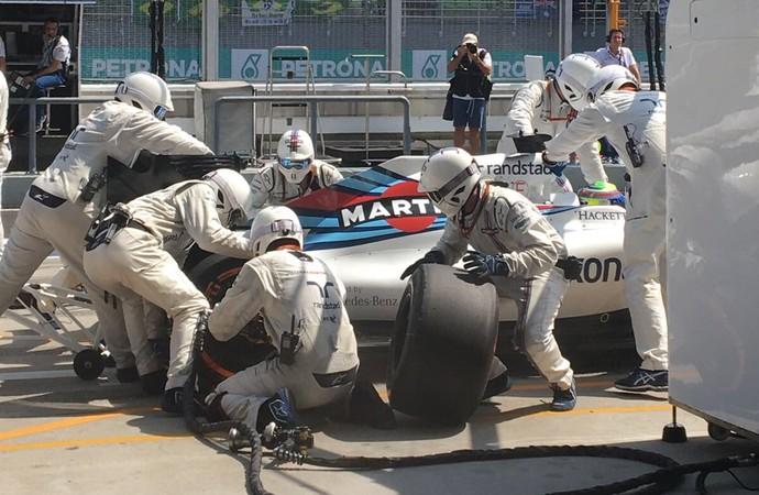 Felipe Massa precisou fazer um pit stop extra por causa de um pneu furado na Malásia (Foto: Divulgação)