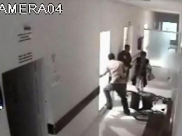 Homem saiu chutando móveis após perder a paciência em hospital de Poço Fundo (Foto: Reprodução EPTV)