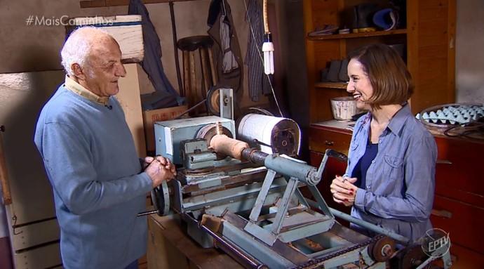 Edlaine Garcia observa uma das invenções do aposentado Luis Benevenuto (Foto: reprodução EPTV)
