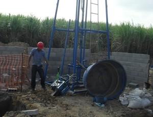Poço artesiano começa a ser perfurado no Ninho do Galo (Foto: Denison Roma / GloboEsporte.com)